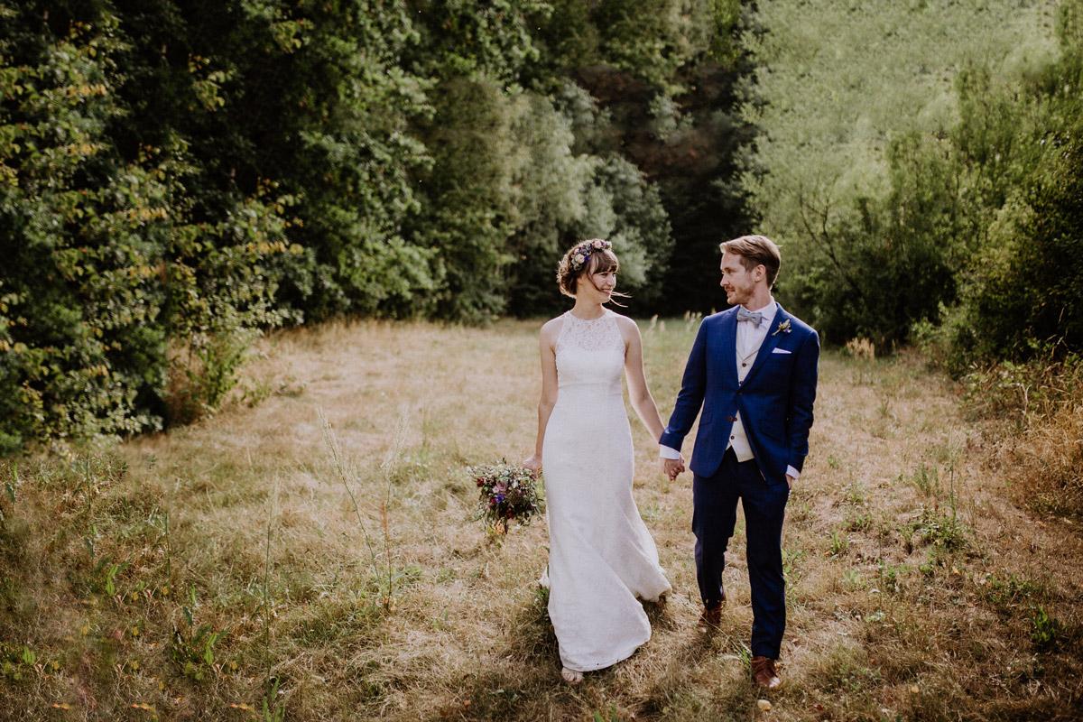 Brautpaarfoto im Grünen bei ländlicher Berlin-Hochzeit - Hochzeitsvilla Zehlendorf Berlin Hochzeitsfotograf © www.hochzeitslicht.de