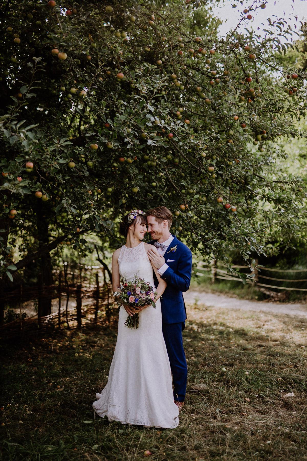 Brautpaarfoto vor Apfelbaum bei Landhochzeit Berlin - Hochzeitsvilla Zehlendorf Berlin Hochzeitsfotograf © www.hochzeitslicht.de