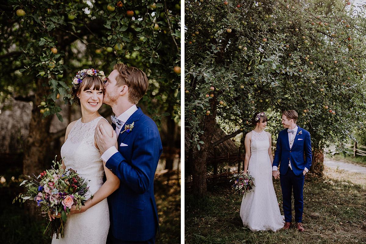 Brautpaarfotos vor Obstbäumen bei Boho-Hochzeit Berlin - Hochzeitsvilla Zehlendorf Berlin Hochzeitsfotograf © www.hochzeitslicht.de