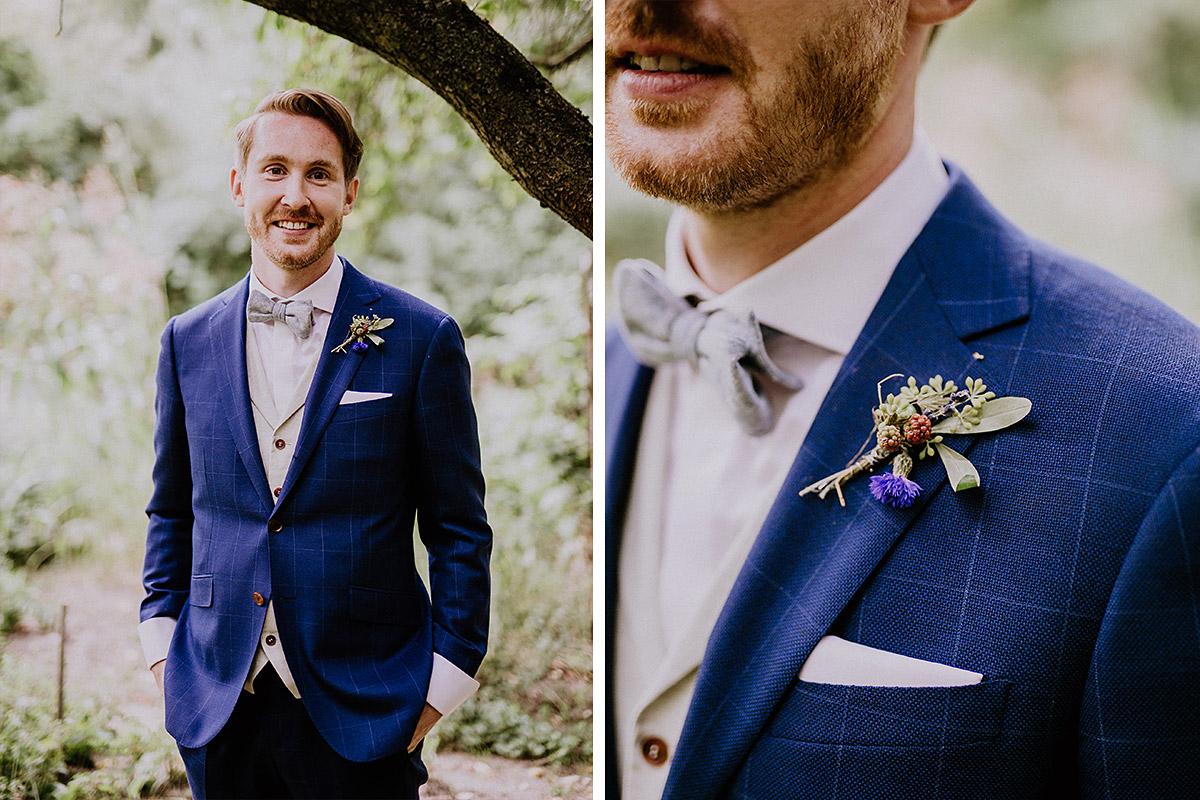 Hochzeitsportrait Bräutigam in blau-kariertem Anzug mit Fliege - Hochzeitsvilla Zehlendorf Berlin Hochzeitsfotograf © www.hochzeitslicht.de