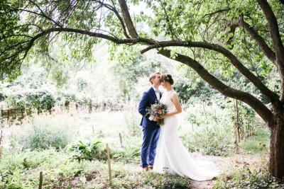 verträumtes Brautpaarfoto in der Natur bei Boho-Hochzeit Berlin - Hochzeitsvilla Zehlendorf Berlin Hochzeitsfotograf © www.hochzeitslicht.de