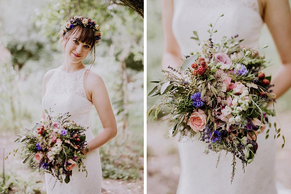 Hochzeitsfoto Braut mit Brautstrauß aus blauen und rosa Sommerblumen, Gräsern und Beeren - Hochzeitsvilla Zehlendorf Berlin Hochzeitsfotograf © www.hochzeitslicht.de