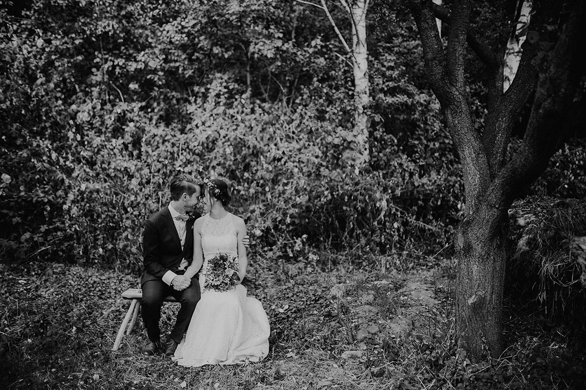 stimmungsvolles schwarz-weiß Brautpaarfoto im Wald bei Sommerhochzeit Berlin - Hochzeitsvilla Zehlendorf Berlin Hochzeitsfotograf © www.hochzeitslicht.de