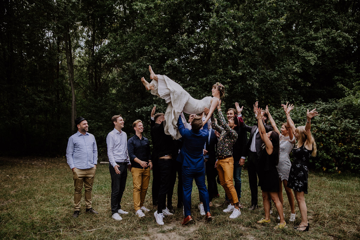Gäste lassen Braut hoch leben Sommerhochzeit Berlin - Hochzeitsvilla Zehlendorf Berlin Hochzeitsfotograf © www.hochzeitslicht.de