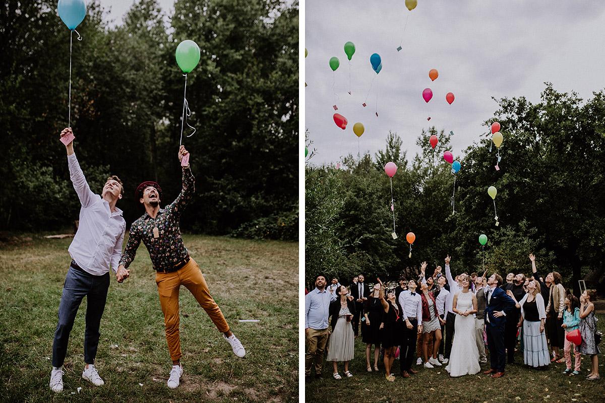 Gäste lassen Luftballons steigen bei Landhochzeit Berlin - Hochzeitsvilla Zehlendorf Berlin Hochzeitsfotograf © www.hochzeitslicht.de
