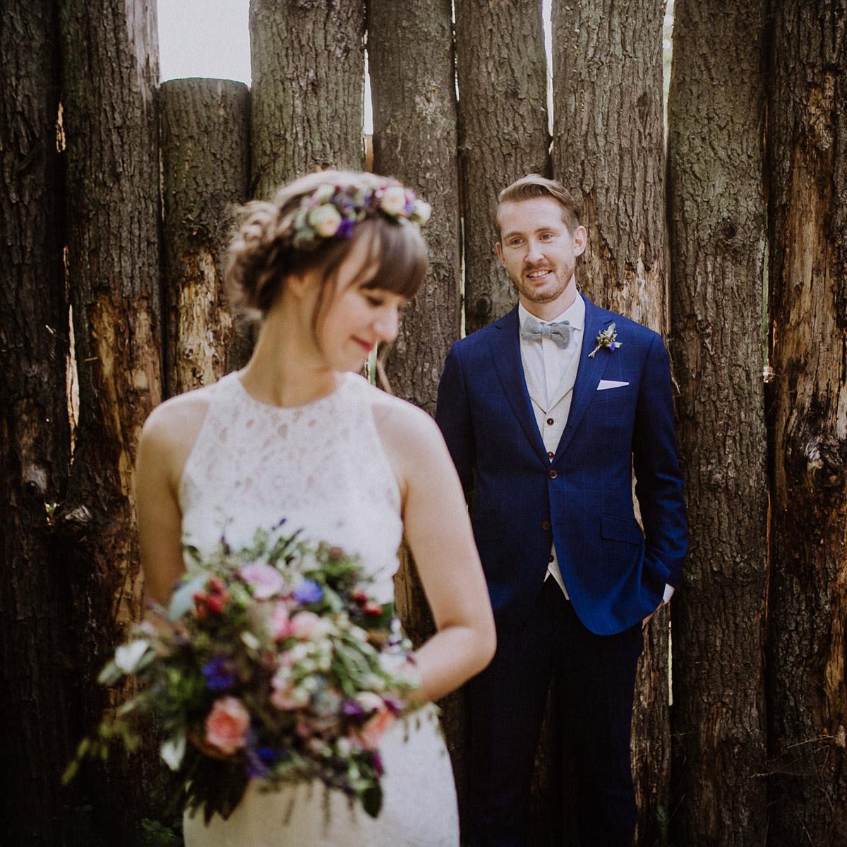 künstlerisches Hochzeitsfoto Brautpaar Museumsdorf Düppel Hochzeit - Hochzeitsvilla Zehlendorf Berlin Hochzeitsfotograf © www.hochzeitslicht.de