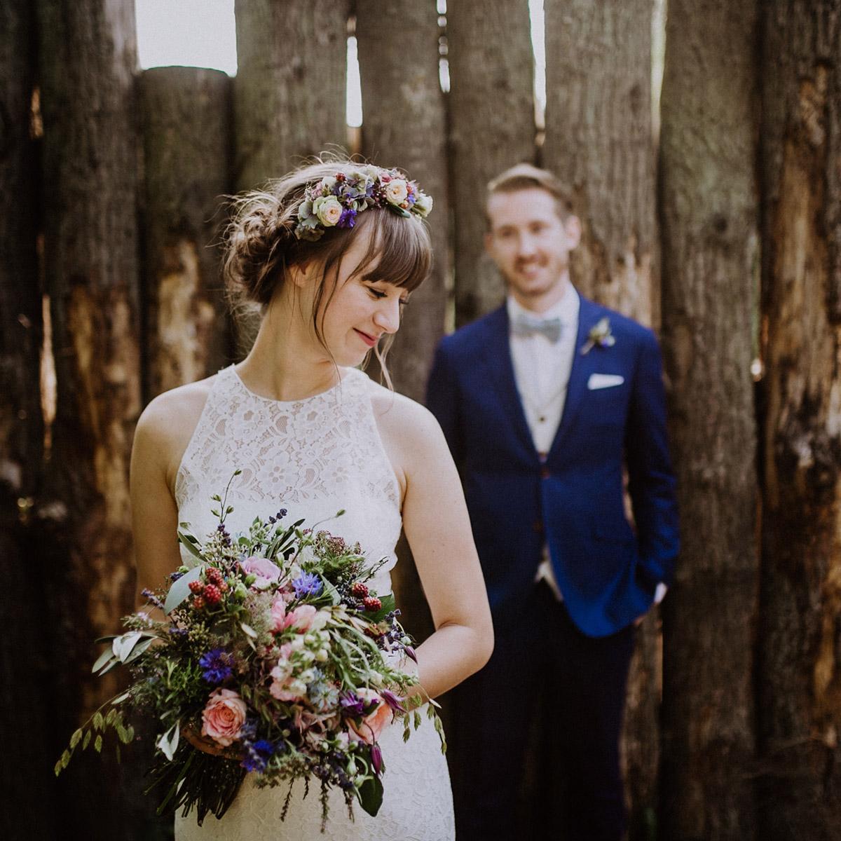 modernes Brautpaarfoto bei Museumsdorf Düppel Hochzeit - Hochzeitsvilla Zehlendorf Berlin Hochzeitsfotograf © www.hochzeitslicht.de