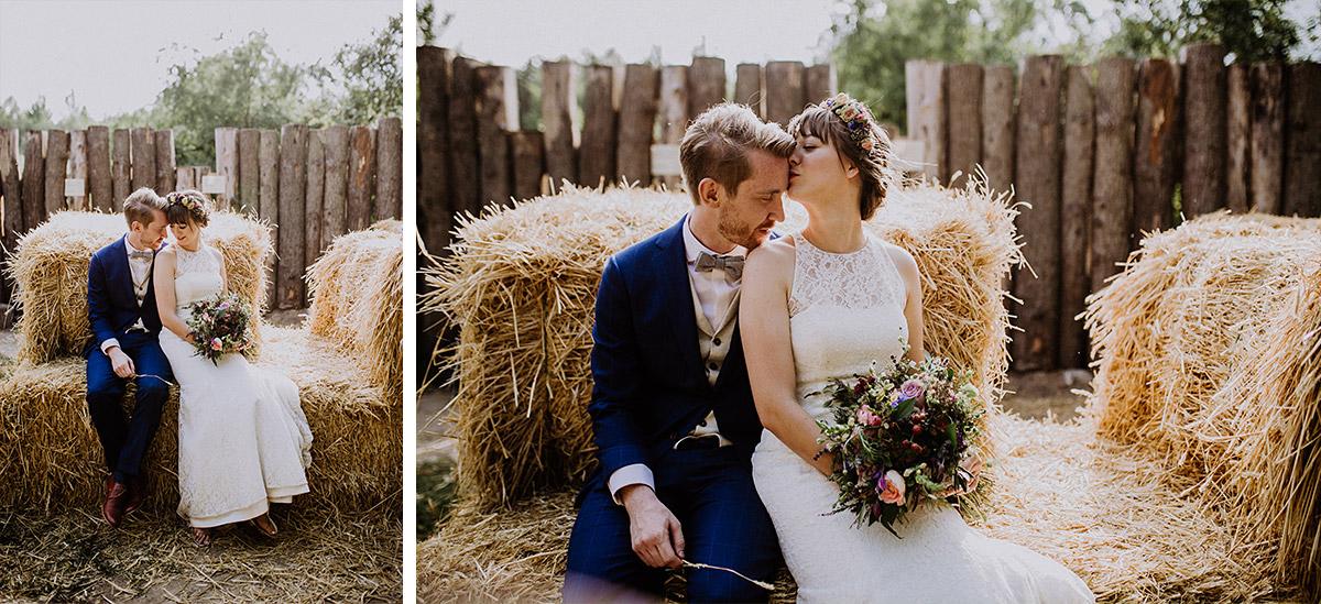 Brautpaarfoto bei ländlicher Sommerhochzeit Museumsdorf Düppel - Hochzeitsvilla Zehlendorf Berlin Hochzeitsfotograf © www.hochzeitslicht.de
