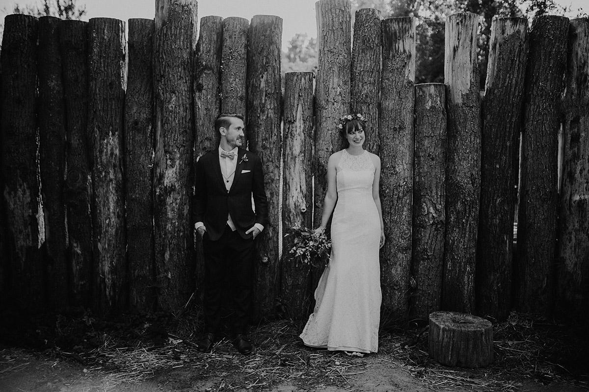 entspanntes Brautpaarfoto bei Hochzeit Museumsdorf Düppel - Hochzeitsvilla Zehlendorf Berlin Hochzeitsfotograf © www.hochzeitslicht.de
