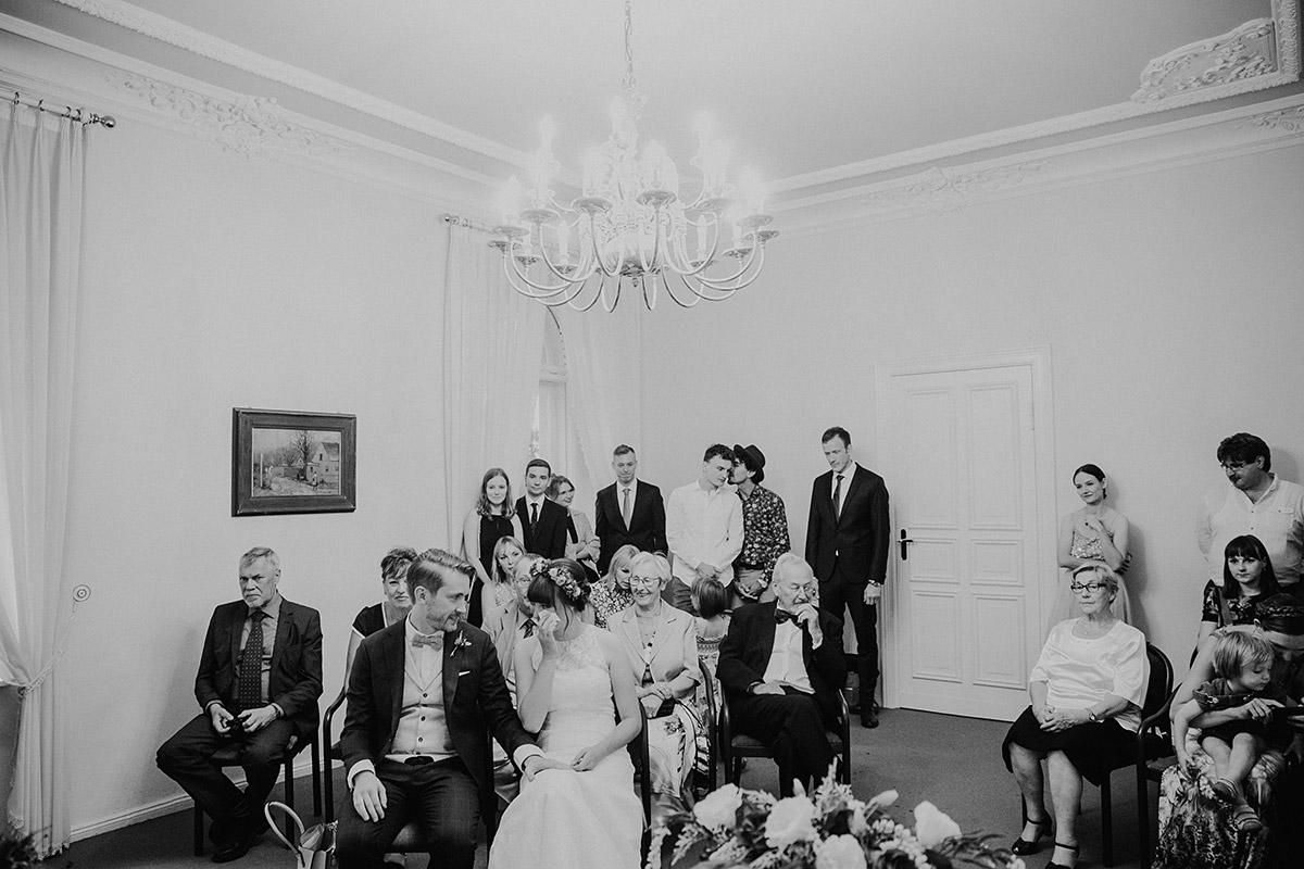 ungestelltes Hochzeitsfoto bei standesamtlicher Trauung - Hochzeitsvilla Zehlendorf Berlin Hochzeitsfotograf © www.hochzeitslicht.de