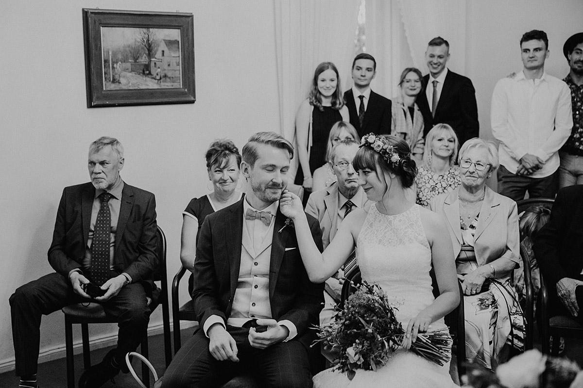 authentisches Hochzeitsfoto bei standesamtlicher Trauung - Hochzeitsvilla Zehlendorf Berlin Hochzeitsfotograf © www.hochzeitslicht.de