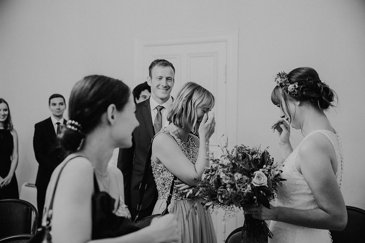 emotionale Gratualtion nach standesamtlicher Trauung - Hochzeitsvilla Zehlendorf Berlin Hochzeitsfotograf © www.hochzeitslicht.de