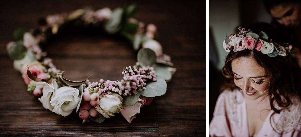 herbstlicher Blumenkranz für Braut aus weißen und rosa Blumen, rosa Beeren und Eukalyptus von Kopflegenden - Schloss Kartzow Potsdam Hochzeitsfotograf © www.hochzeitslicht.de