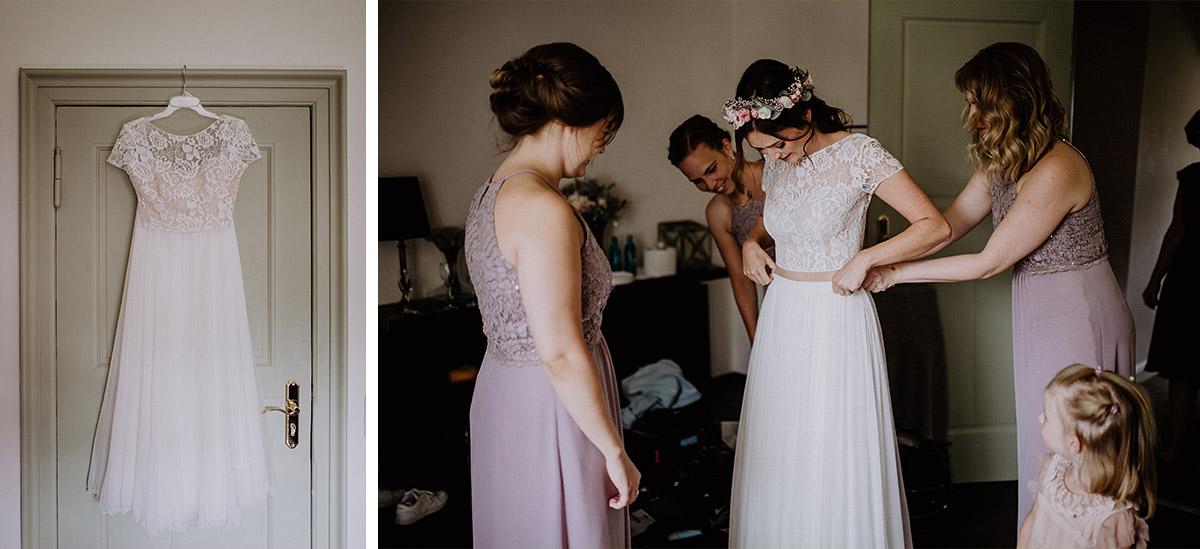 Braut in Zweiteiler Brautkleid mit Spitzenoberteil und langem Rock und Brautjungfern in fliederfarbenen Kleidern - Schloss Kartzow Potsdam Hochzeitsfotograf © www.hochzeitslicht.de