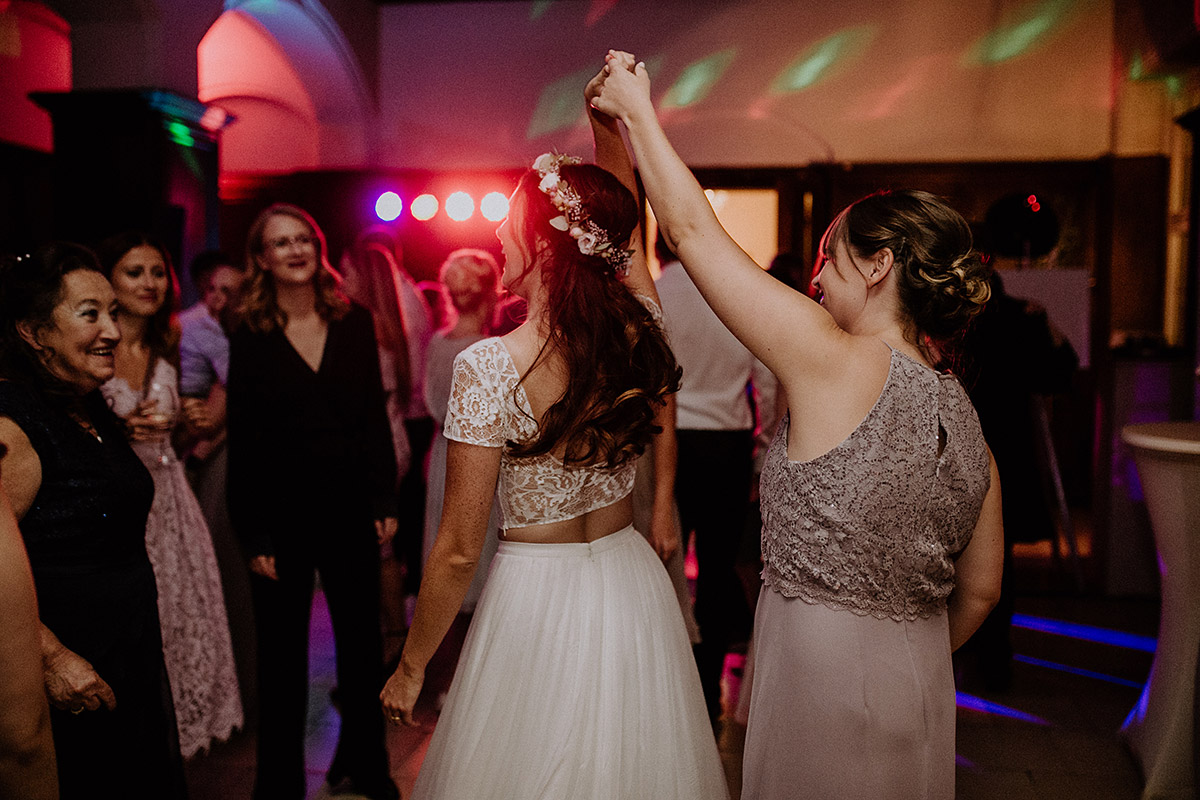 Momentaufnahme Hochzeitsparty Braut mit Brautjungfer - Schloss Kartzow Potsdam Hochzeitsfotograf © www.hochzeitslicht.de