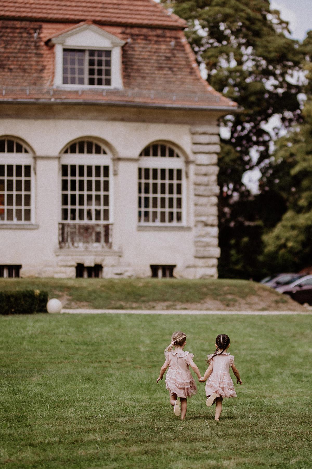 Sommerhochzeit im Freien - Schloss Kartzow Potsdam Hochzeitsfotograf © www.hochzeitslicht.de