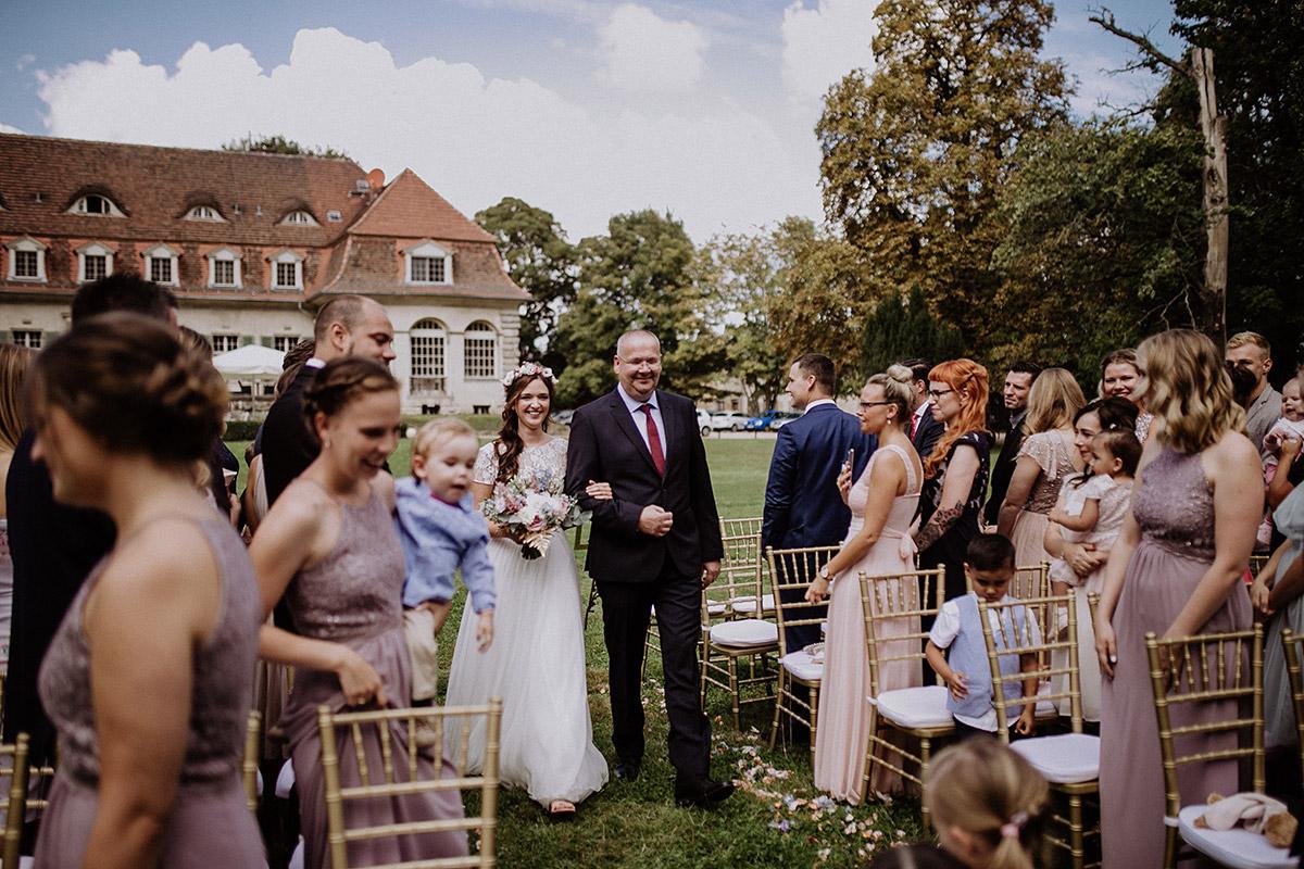 Einzug der Braut bei freier Trauung - Schloss Kartzow Potsdam Hochzeitsfotograf © www.hochzeitslicht.de