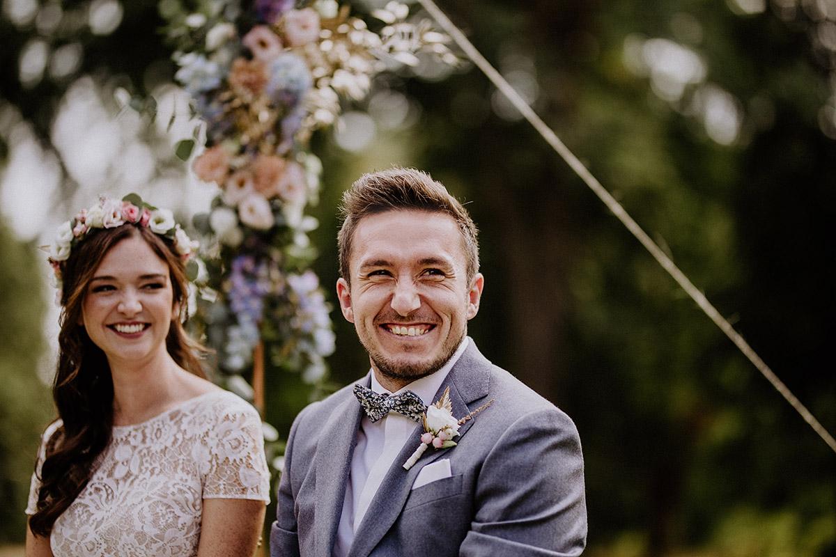 lachendes Brautpaar bei freier Trauung im Garten - Schloss Kartzow Potsdam Hochzeitsfotograf © www.hochzeitslicht.de