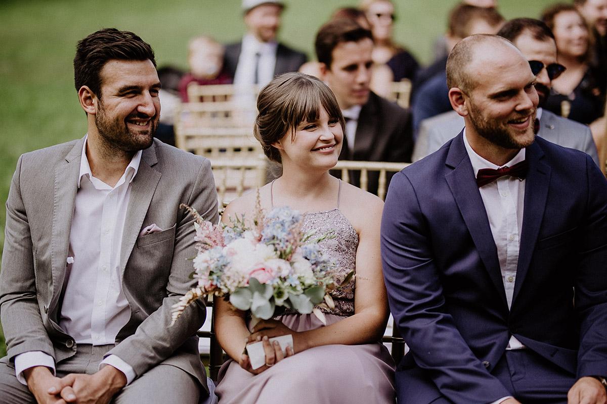 Hochzeitsgäste bei freier Trauung - Schloss Kartzow Potsdam Hochzeitsfotograf © www.hochzeitslicht.de