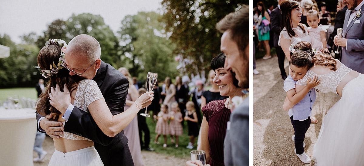 Gäste gratulieren Brautpaar nach Hochzeit - Schloss Kartzow Potsdam Hochzeitsfotograf © www.hochzeitslicht.de
