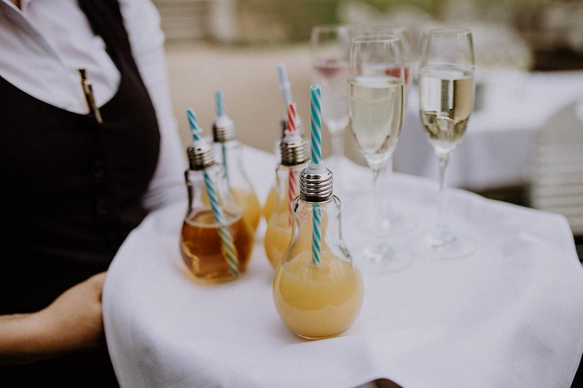 Sektempfang Hochzeit mit Gläsern in Glühbirnen-Form - Schloss Kartzow Potsdam Hochzeitsfotograf © www.hochzeitslicht.de