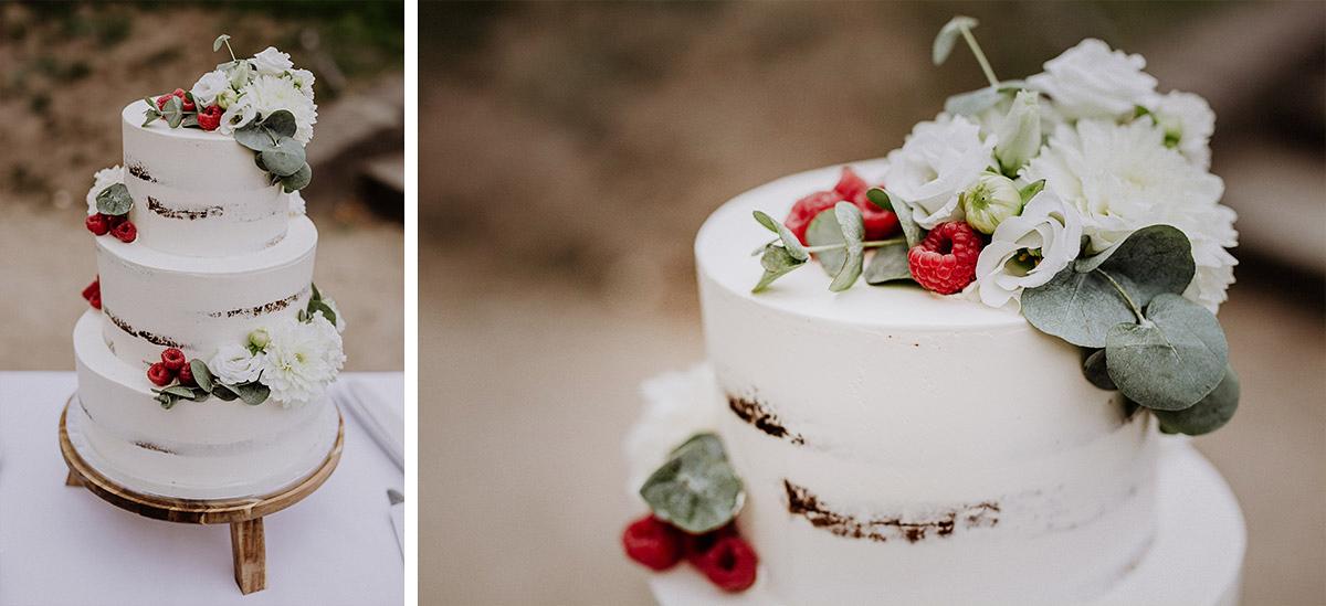 dreistöckige weiße Hochzeitstorte Naked Cake mit Beeren und Blumen von Verzuckert - Schloss Kartzow Potsdam Hochzeitsfotograf © www.hochzeitslicht.de