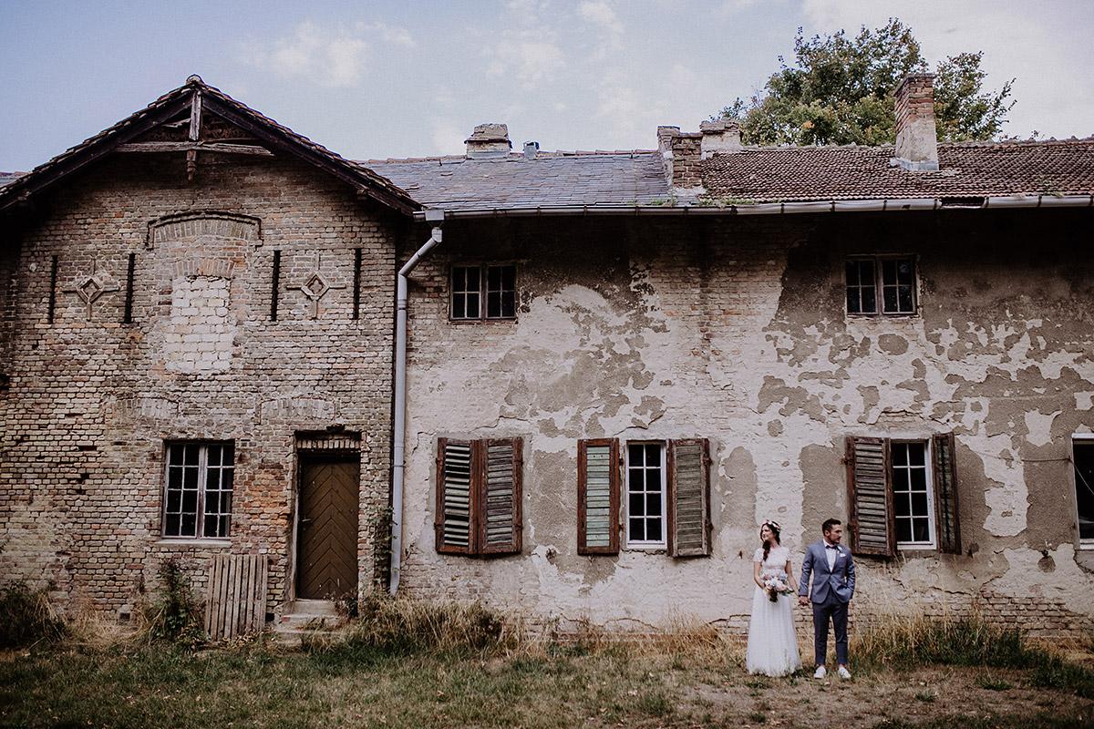 Brautpaarfoto vor altem Haus bei Landhochzeit - Schloss Kartzow Potsdam Hochzeitsfotograf © www.hochzeitslicht.de