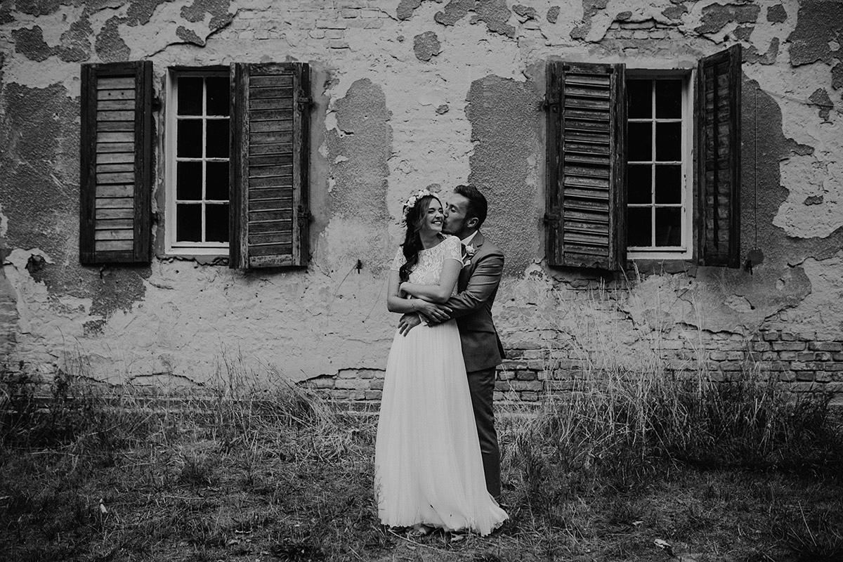 verliebtes Brautpaarfoto bei Schloss-Kartzow-Hochzeit - Schloss Kartzow Potsdam Hochzeitsfotograf © www.hochzeitslicht.de