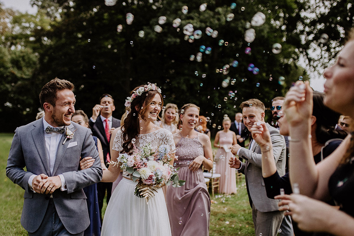 Auszug Brautpaar mit Seifenblasen für Hochzeit - Schloss Kartzow Potsdam Hochzeitsfotograf © www.hochzeitslicht.de
