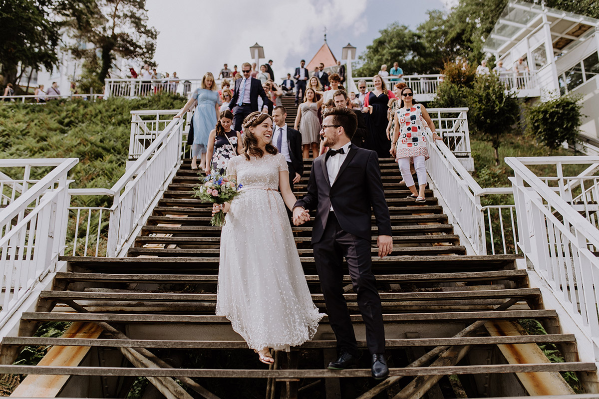 Hochzeitsfoto Einzug Brautpaar bei standesamtlicher Trauung - Seebrücke Sellin Rügen Hochzeitsfotograf © www.hochzeitslicht.de