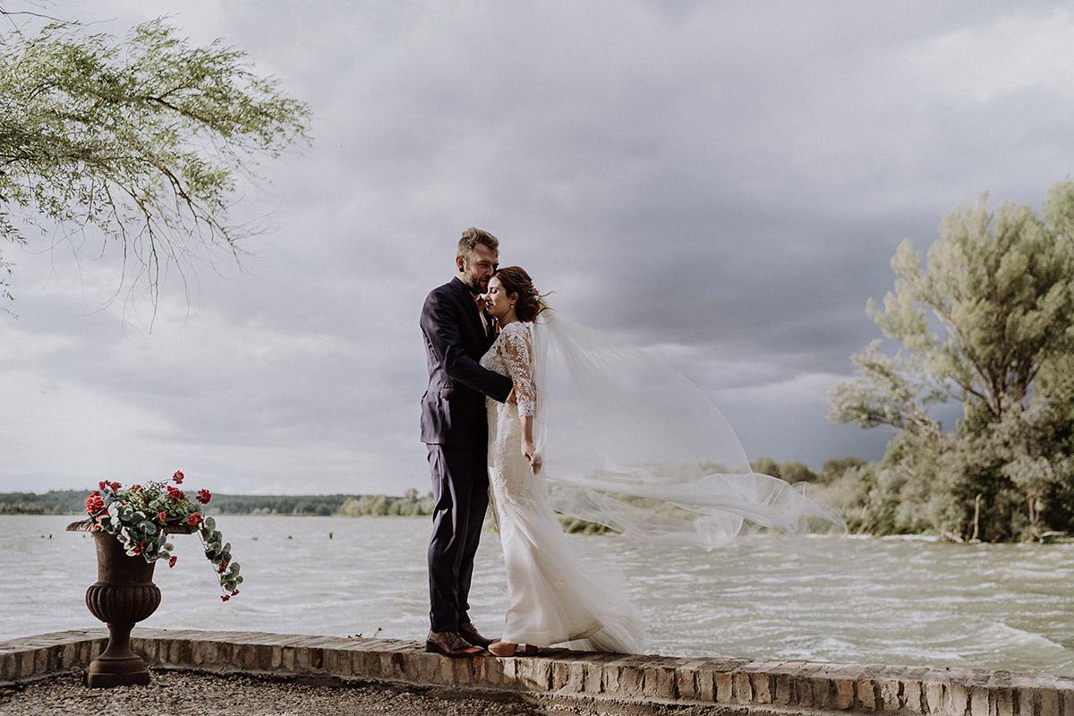 Brautpaarfoto am See bei deutsch-französischer Hochzeit - Gut Schloss Golm Potsdam Hochzeitsfotograf © www.hochzeitslicht.de