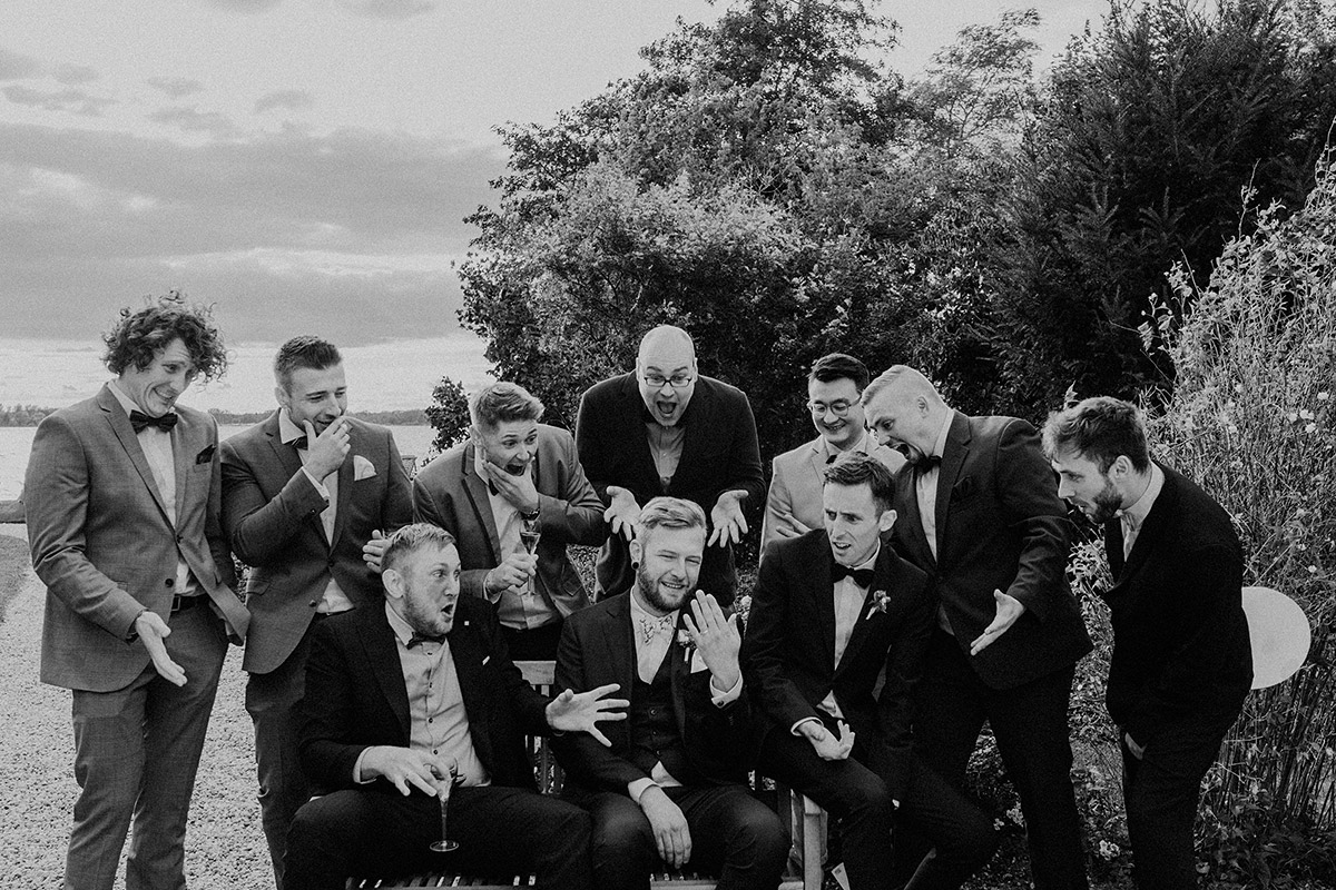 Gruppenfoto Bräutigam mit Best Men bei internationaler Hochzeit - Gut Schloss Golm Potsdam Hochzeitsfotograf © www.hochzeitslicht.de