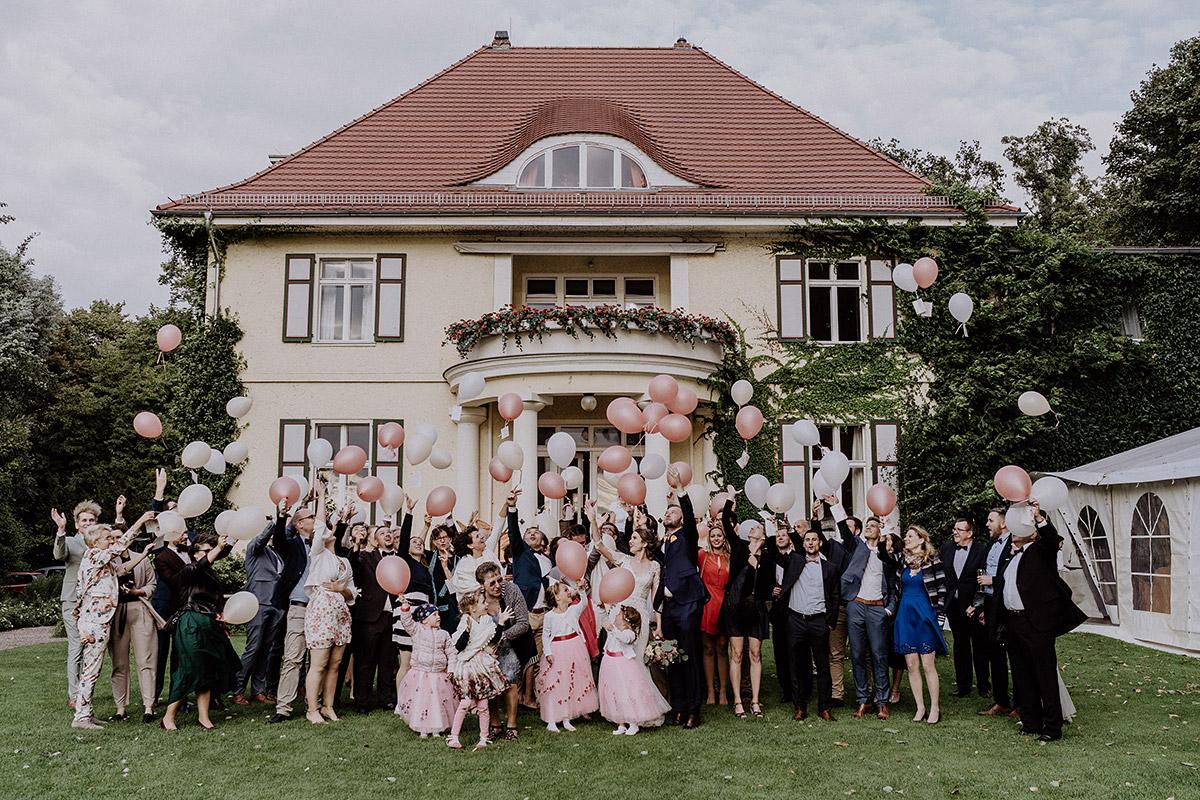Gruppenfoto Hochzeitsgesellschaft beim Ballonsteigenlassen - Gut Schloss Golm Potsdam Hochzeitsfotograf © www.hochzeitslicht.de