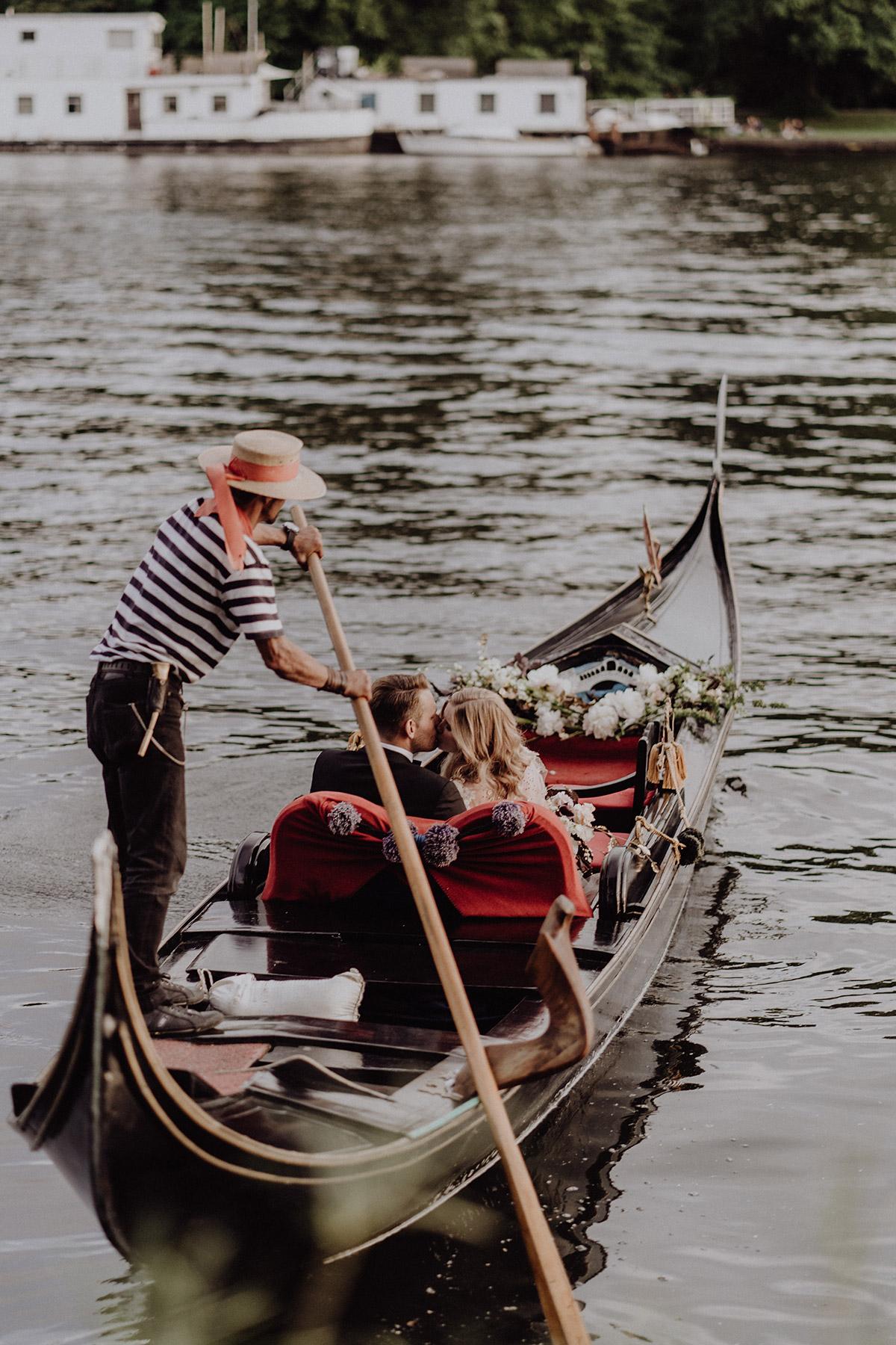 Hochzeitsfoto Brautpaar in venezianischer Gondel von Servizio Gondola bei intimer Hochzeit zu zweit - Berlin Hochzeitsfotograf © www.hochzeitslicht.de