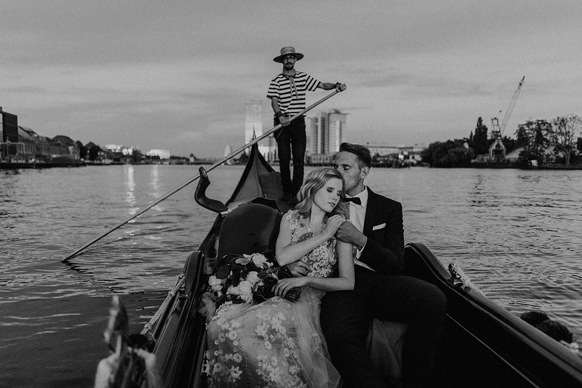 Brautpaar in venezianischer Gondel bei Berlin-Hochzeit zum Thema Venetian Love Story - Berlin Hochzeitsfotograf © www.hochzeitslicht.de