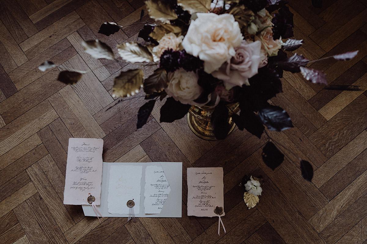 Hochzeitspapeterie von Yaves Cake Ink und herbstlicher Blumenschmuck von Kopflegenden bei Hochzeit im Ermelerhaus - Berlin Hochzeitsfotograf © www.hochzeitslicht.de