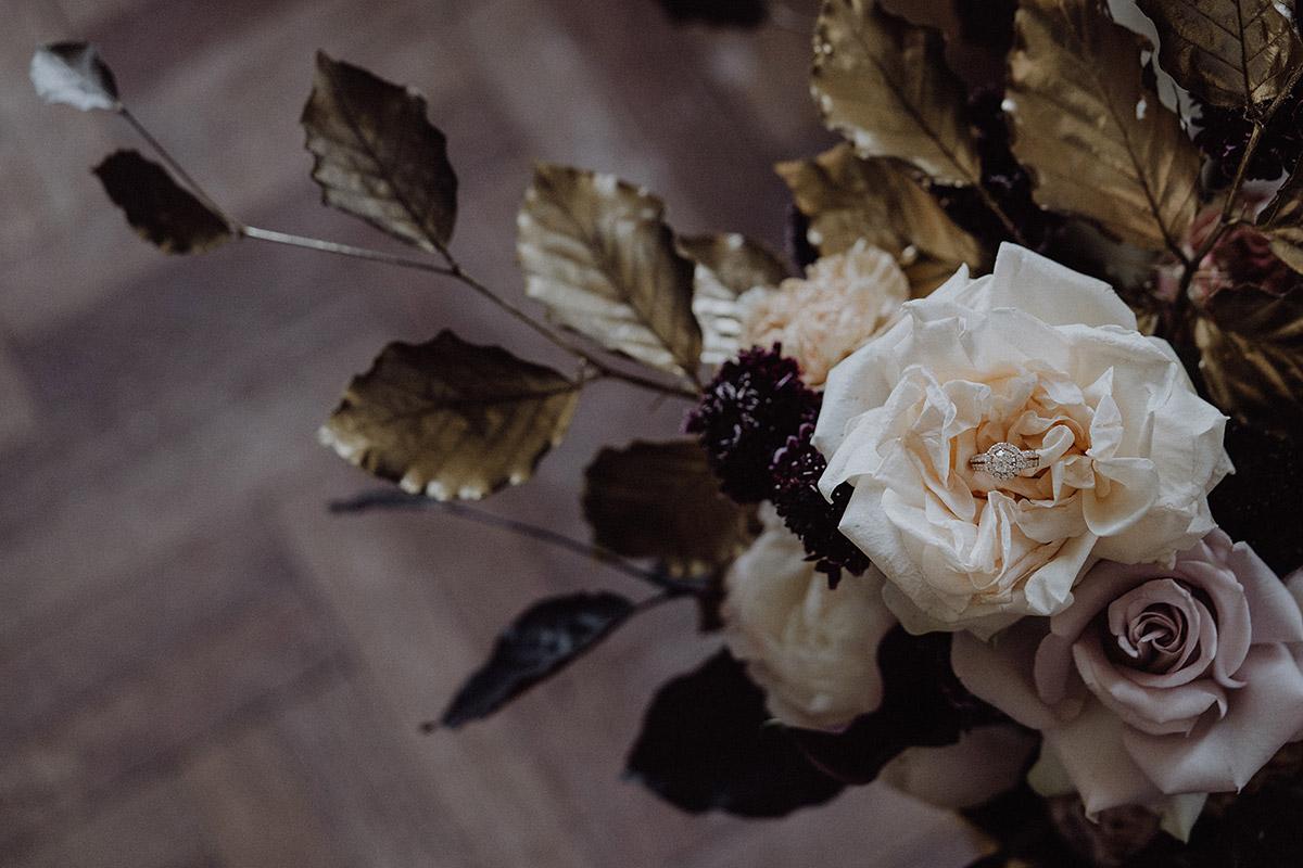 Hochzeitsfoto Blumenschmuck in dunklen Tönen von Kopflegenden und Verlobungsring bei Ermelerhaus Hochzeit - Berlin Hochzeitsfotograf © www.hochzeitslicht.de