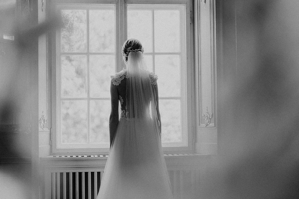 Braut beim Getting Ready in Brautkleid von Daalarna gekauft bei Seeweiss - Berlin Hochzeitsfotograf © www.hochzeitslicht.de