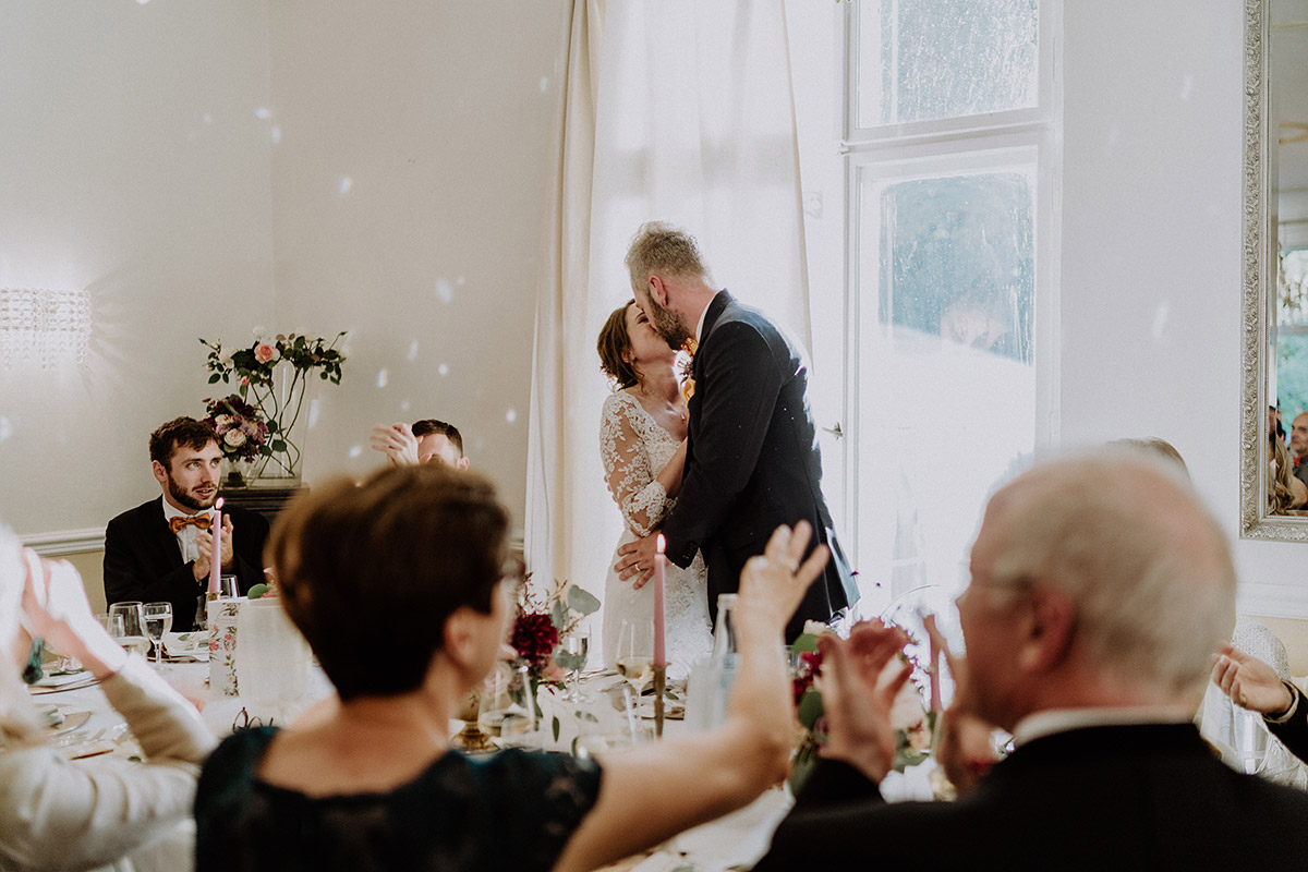 Kuss Brautpaar Hochzeitsfeier Regenhochzeit - Gut Schloss Golm Potsdam Hochzeitsfotograf © www.hochzeitslicht.de