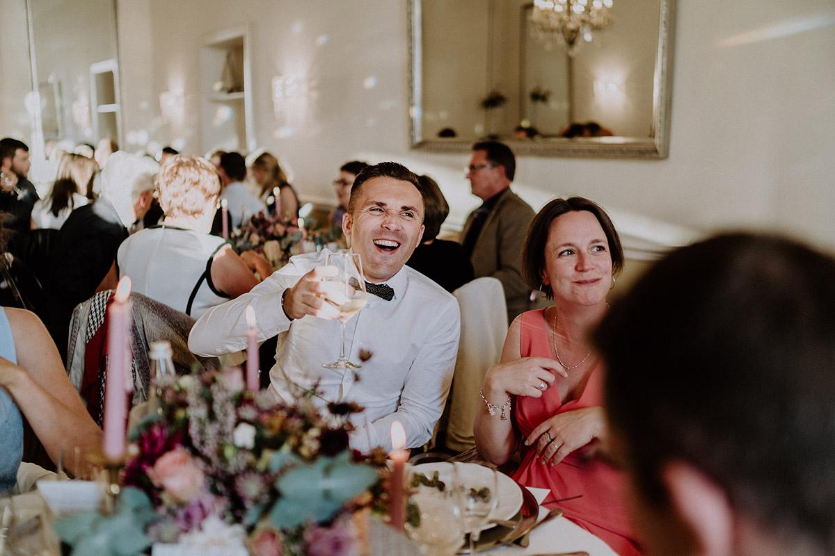 ausgelassene Hochzeitsfeier internationale Hochzeit - Gut Schloss Golm Potsdam Hochzeitsfotograf © www.hochzeitslicht.de