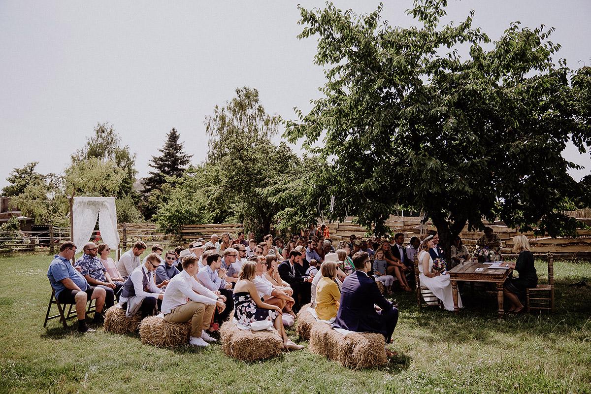 Trauung im Freien mit Heuballen bei Landhochzeit - Vierseithofcafé Brandenburg Hochzeitsfotograf © www.hochzeitslicht.de