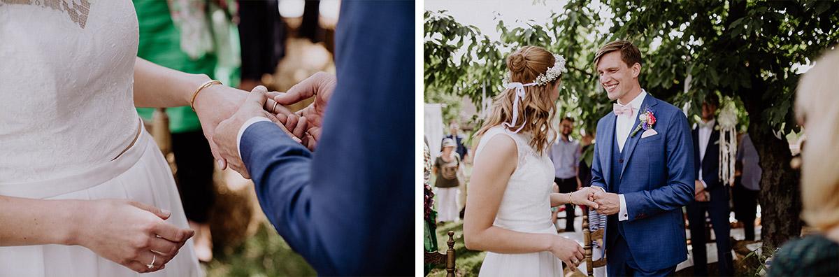 Hochzeitsreportage von Ringtausch bei Sommerhochzeit - Vierseithofcafé Brandenburg Hochzeitsfotograf © www.hochzeitslicht.de