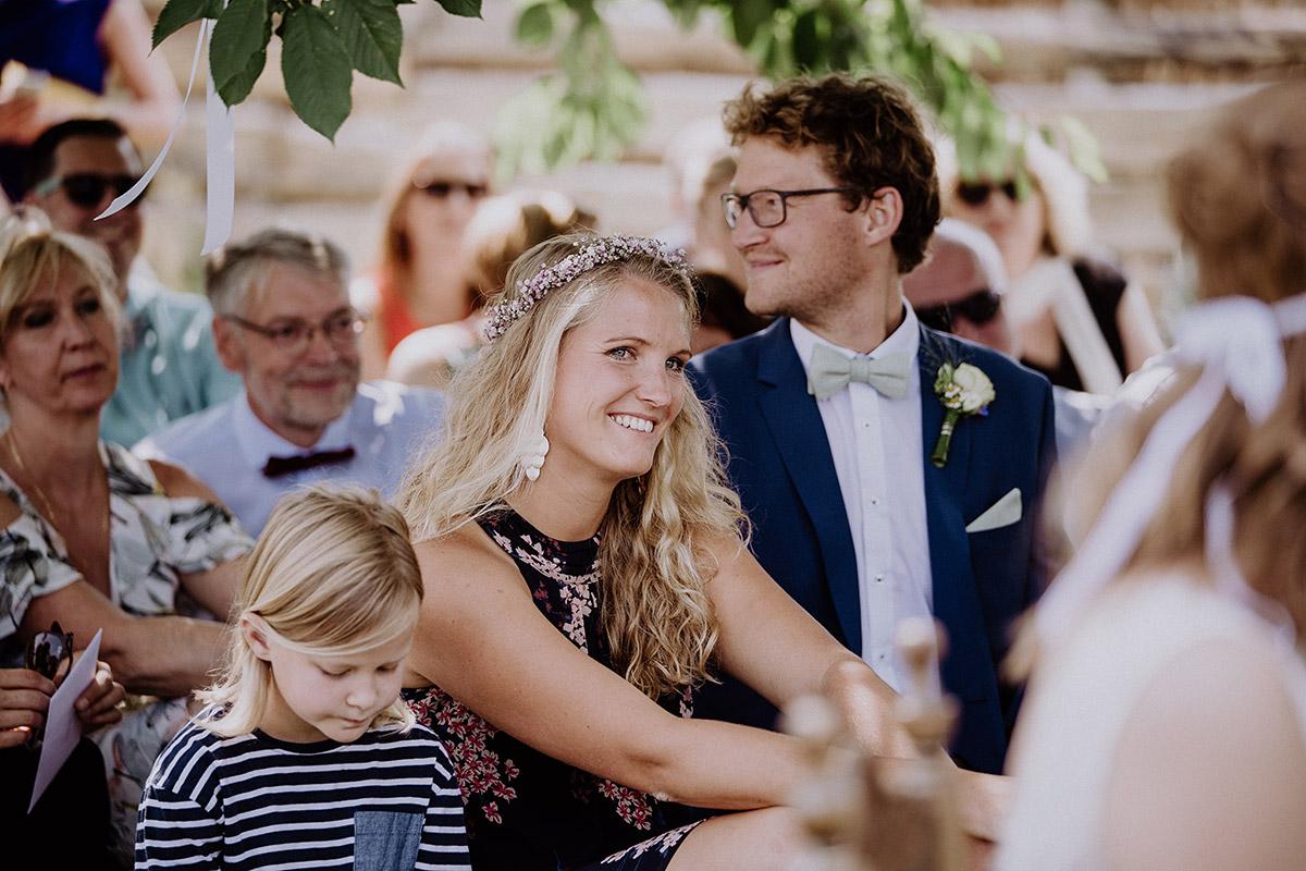 Hochzeitsgäste bei entspannter Landhochzeit - Vierseithofcafé Brandenburg Hochzeitsfotograf © www.hochzeitslicht.de
