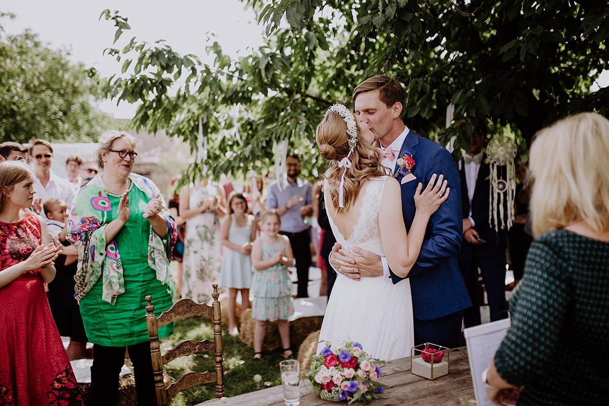 Hochzeitskuss bei romantischer Landhochzeit Brandenburg - Vierseithofcafé Brandenburg Hochzeitsfotograf © www.hochzeitslicht.de