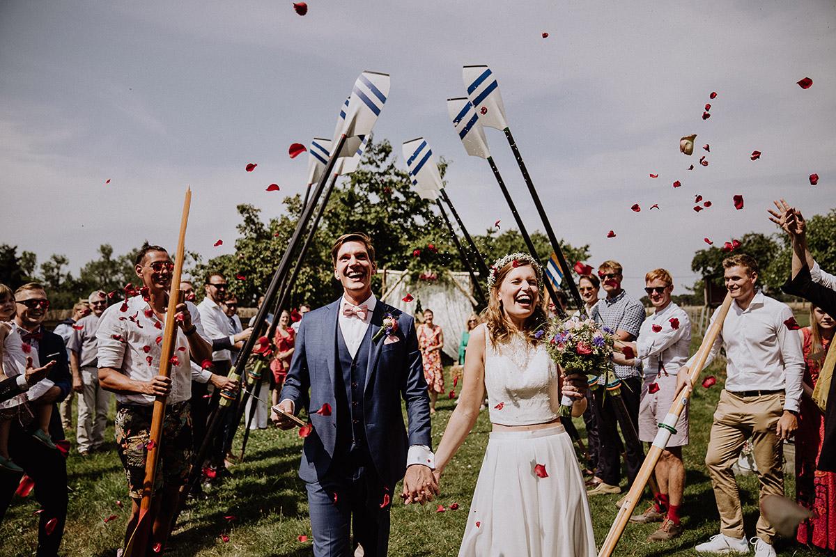 Auszug Brautpaar nach Trauung - Vierseithofcafé Brandenburg Hochzeitsfotograf © www.hochzeitslicht.de