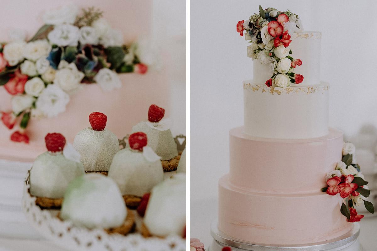 Hochzeitstorte Vierstockig In Weiss Und Rosa Mit Blumen Gut Schloss