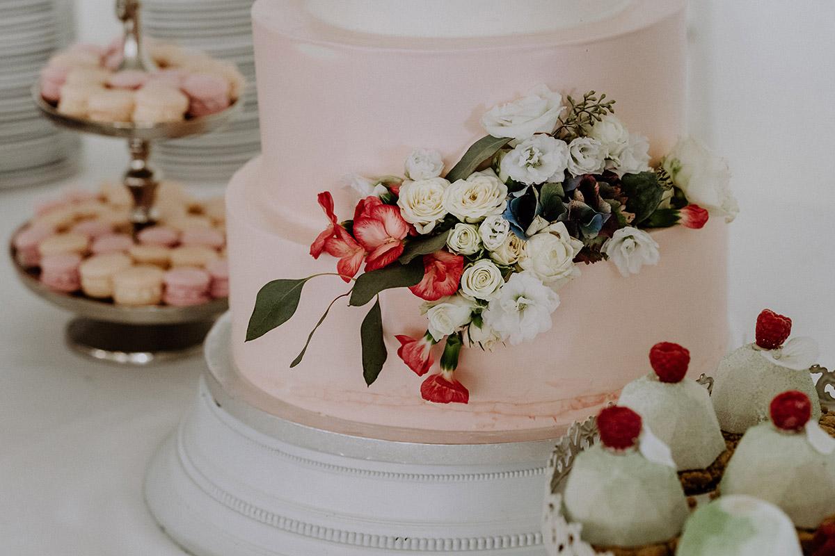 Klassische Hochzeitstorte Mit Blumen Rosa Macarons Und Patisserie