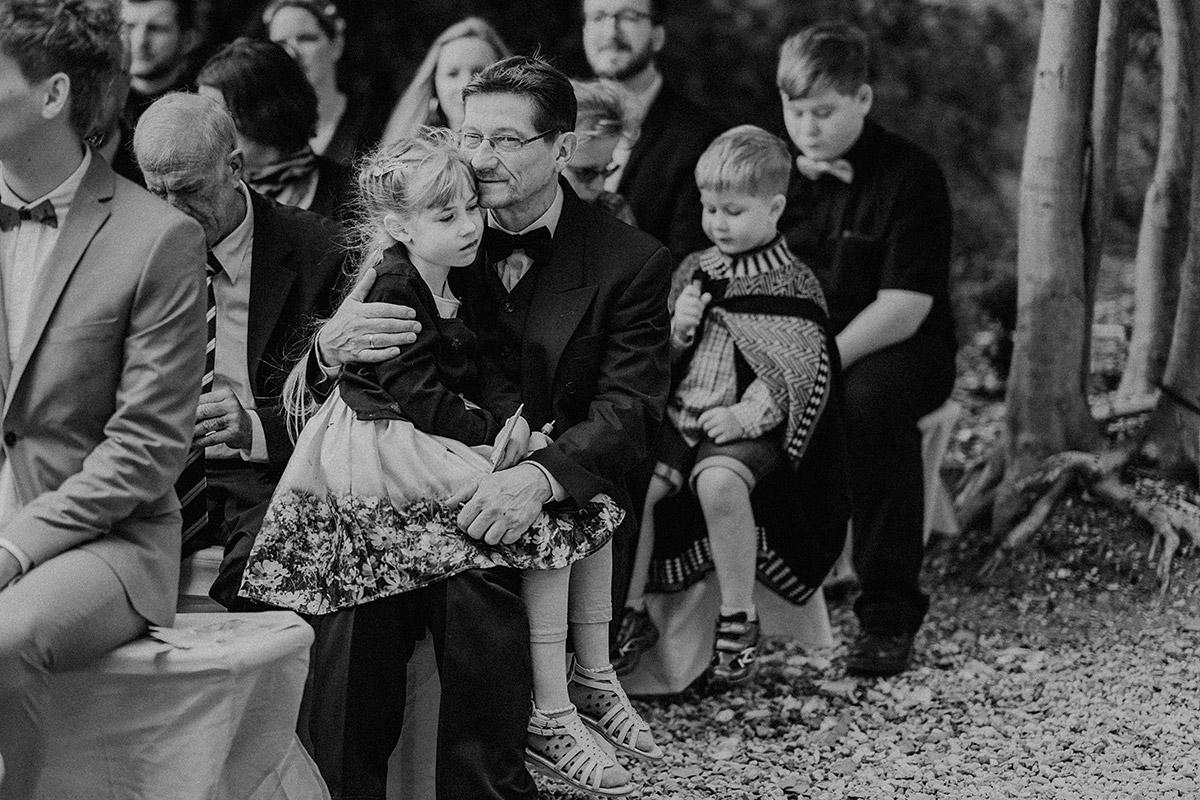 Hochzeitsgäste bei freier Trauung - Gut Schloss Golm Potsdam Hochzeitsfotograf © www.hochzeitslicht.de