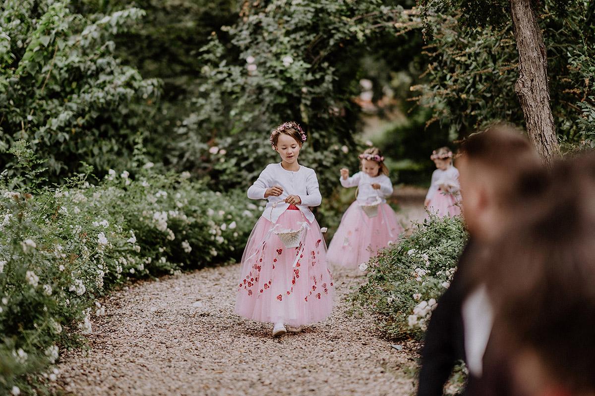 Hochzeitsreportagefotos von Blumenmädchen bei freier Trauung am See - Gut Schloss Golm Potsdam Hochzeitsfotograf © www.hochzeitslicht.de