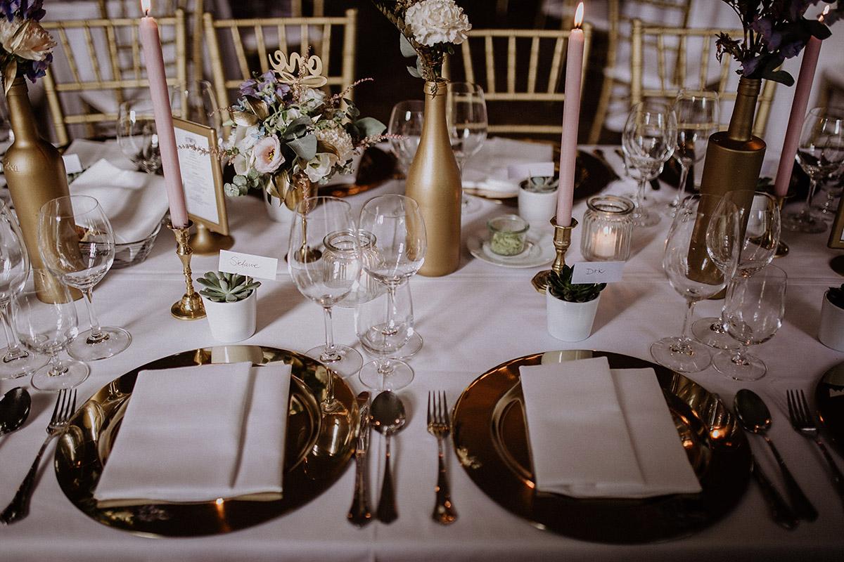 festliche Tischdekoration Hochzeit in Gold, weiß, rosa mit Sukkulenten und Blumen - Schloss Kartzow Potsdam Hochzeitsfotograf © www.hochzeitslicht.de